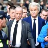En af det hollandske valgs hovedpersoner, den EU- og indvandringskritiske Geert Wilders, forlader stemmestedet i regeringsbyen Haag efter at have sat sit kryds - formentlig ved sit egte Frihedsparti. / AFP PHOTO / Emmanuel DUNAND