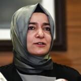 Lørdag blev familieminister Fatma Betul Sayan Kaya stoppet af politiet ved det tyrkiske konsulat i Rotterdam. Hun blev bedt om straks at finde den hurtigste vej ud af landet.