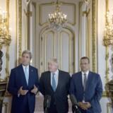 - Tiden er inde til at implementere en våbenhvile betingelsesløst og til at sætte gang i forhandlinger, siger USA' udenrigsminister, John Kerry, om borgerkrigen i Yemen på et møde i London. Reuters/Pool