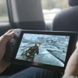 Spillekonsollen Switch fra Nintendo kan både bruges håndholdt som her og kobles til TV-skærmen. Det sælger tilsyneladende godt. Arkivfoto: Nintendo/Scanpix