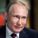 Vladimir Putin fortæller, at han søgte råd fra de sikkerhedsansvarlige og fik fortalt, at nødplanen for den slags situationer krævede, at flyet blev skudt ned. »Jeg sagde til dem: Følg planen.«