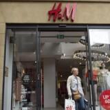 Arkivfoto. Svenske H&M Group har øget salget med fem procent i tredje kvartal, men kunder vil helst købe online.