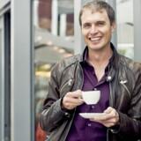 Kimbal Musk, der her får en tår kaffe foran et af sine spisesteder, går for at være mere udadvendt end sin berømte storebror, Tesla-stifteren Elon Musk. Hans mission er bæredygtig mad som socialt samlingspunkt.