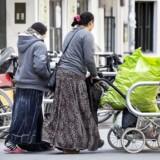 Romaer i København. Romaer i indre København fotograferet søndag d. 14. maj 2017. To romakvinder på vej til supermarkedet med deres tomme flasker.