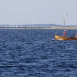 Arkivfoto af en lille jolle, der sejler forbi broen mellem Langeland og Tåsinge.