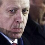 Det tyrkiske militær har bombet kurdiske styrker nær det nordlige Irak og Syrien. Angrebet varsler en ny fremfærd fra den tyrkiske præsident Recep Tayyip Erdogans regering overfor kurdiske styrker.