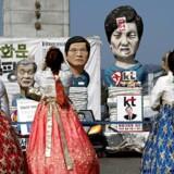 Turister i de traditionelle Hanbok-kostumer fotograferer en »statue« af den udstødte præsident Park.