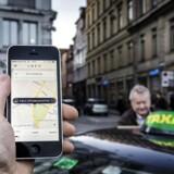 -Arkiv- SE RITZAU Ny lov kan betyde flere taxi på gaden og lavere pris Forbrugerne ventes at få bedre service fra traditionelle taxi. Til gengæld vil nye regler bremse Uber. - - - PLUS-historie. Uber har ingen planer om at lukke deres app i Danmark, selvom selskabet nu i en prøvesag er tiltalt for at overtræde taxalovgivningen. (se Ritzau historie021600) PLUS-historie. ARKIVFOTO 2014 Uber app og taxa på Kongens Nytorv- - Se RB 18/11 2016 11.05. Landsret: Uber er ulovlig taxikørsel. Uber-chauffør skal betale 6000 kroner i bøde for ulovlig taxikørsel, fastslår Østre Landsret. (Foto: Thomas Lekfeldt/Scanpix 2016)