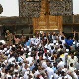 Den årlige pilgrimsfærd er begyndt. Tusinder af troende muslimer tager til Mekka, hvor de bl.a. skal gå syv gange rundt om Kabaen - en sort rektangulær bygning - som er det religiøse centrum for Islam. Her er pilgrimmene i færd med at cirkle rundt om Kabaen.