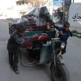 To drenge skubber en vogn i flygtningelejren Yarmouk, som Islamisk Stat har erobret.