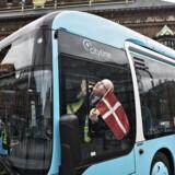 Linje 5A i København er Nordens travleste buslinje og transporterer årligt ca. 20 mio. passagerer. Til sammenligning havde Københavns Lufthavn 26, 6 mio. passagerer i 2015. Nu skifter linje 5A navn til linje 5C og farve fra bus-gul til turkis. Bussen bliver også fem meter længere end de nuværende busser. Den får flere døre, hvor man kan stige både ind og ud. Og passagererne åbner selv dørene ved at trykke på en knap, som man gør på et S-tog. Den 23. april 2017 - præcis 45 år efter den første dieselbus blev sat i drift på linje 5 - ruller de nye CO2-neutrale gasdrevne busser på godt 18 meter på linje 5C ud på gaden. (Foto: Ida Guldbæk Arentsen/Scanpix 2017)