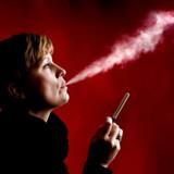 E-cigaretterne rykker nu væk fra de grå kælderbutikker og ind i myndighedernes fulde belysning på dagligvarebranchens hylder.