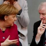 I Tyskland har kansler Merkel og hendes indenrigsminister, Horst Seehofer, indgået kompromis i bitter strid om asylansøgere. Dermed er den tyske regeringskrise afblæst i første omgang, men nu hviler der er et tungt pres på kanslerens skuldre.
