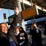 En iransk statsborger fejrer, at han er blevet løsladt efter at være tilbageholdt i mere end 30 timer i John F. Kennedy International Airport i New York som følge af præsident Donald Trums indrejseforbud den 29. januar 2017.