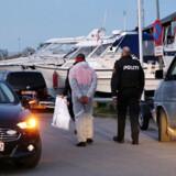 ARKIVFOTO: Person føres bort i forbindelse med en politiaktion ved Brøndby Havn efter en vandscooterulykke med dødelig udgang i Københavns Havn lørdag den 6. maj 2017. Torsdag falder der dom i sagen.
