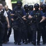 Politiet ankommer til The Shard i kvarteret omkring London Bridge efter terrorangrebet lørdag nat. Syv er dræbt. 48 mennesker blev kørt på hospitalet.