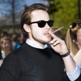 (ARKIV) Hampepartiet står lørdag d. 7 maj 2016 bag den danske Global Marijuana March, som demonstrerer for fri marihuana lørdag d. 7. maj 2016, Ungdomspolitiker Nicolai Oster fra Liberal Alliances Ungdom ryger en fed. n tidligere næstformand for Liberal Alliances Ungdom risikerer at ryge i fængsel, hvis Københavns Byret finder ham skyldig i en sag, der skal behandles på torsdag. skriver Ritzau tirsdag 7. november 2017. (Foto: Marie Hald/Scanpix 2017)