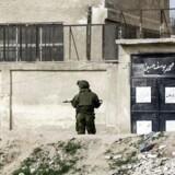 En russisk soldat står vagt uden for Ghouta-kvarteret i Damaskus i Syrien.