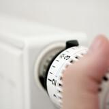 Bliver du ved med at skrue op for varmen, fordi det trækker ind, så kan nogle simple trick måske hjælpe dig med at holde bedre på varmen. Free/Colourbox