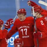 De olympiske atleter fra Rusland slog fredag Slovenien med 8-2 og rejste sig dermed fra et åbningsnederlag til Slovakiet i den første gruppekamp ved vinter-OL. Reuters/Grigory Dukor