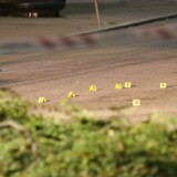 Ifølge et øjenvidne, som Ekstra Bladet har talt med, går pistolmanden direkte efter den 30-årige og affyrer to skud fra en meters afstand.