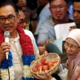 Der har i årevis været spekulationer om, at Mahathir selv stod bag opdigtede anklager mod Anwar. Trods det har forholdet mellem de to i mange år været beskrevet som forholdet mellem far og søn. REUTERS/Lai Seng Sin
