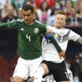 Mexicos midtbanespiller Rafael Marquez (tv.) er her markeret af Tysklands Marco Reus, men er ellers ham, som ingen officielt vil lege med. Han er kort sagt det dårlige selskab. Foto: Francisco Leong/yAFP