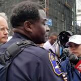 Charlestons borgmester John Tecklenburg, (til venstre) og politimester Jerome Taylor briefer pressen efter, en tidligere opvasker på en restaurant i Charleston, South Carolina, i nat tog flere personer som gidsler.