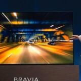 Sonys topchef, Kazuo Hirai, præsenterede den japanske elektronikgigants første OLED-fladskærmsfjernsyn for en måned siden. Det kommer til Danmark til juni og skal tage konkurrencen op med LG, som satser stort på de glasklare skærme. Sonys Bravia OLED-TV udnytter selve TV-skærmen som lydforstærker, mens der bagpå hænger en basforstærker, som kan fungere som stand, så TVet kan stå selv, eller kan klappes ind, så fjernsynet kan hænge på væggen. Arkivfoto: David McNew, AFP/Scanpix
