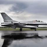 Danmark trækker sine F-!6-fly hjem fra operationer i Syrien og Irak, meddelste udenrigsminister Anders Samuelsen fredag. Her ses et af de danske kampfly på et arkivfoto fra 2014.