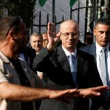 Palæstinensernes premierminister, Rami Hamdallah, kom ikke noget til ved en eksplosion tirsdag, som beskadigede tre biler i hans konvoj under et besøg i Gazastriben. Reuters/Mohammed Salem