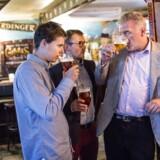 Pub-Crawl i forbindelse med Lars Seiers Christensens (th.) investering i konceptet YouShould, der kan hjælpe med at booke barer til større grupper. De to skabere af er Timothée Emery (i midten) og Paul de Préville (tv.).