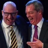 Den nye formand for UKIP, Paul Nuttall, (tv), viste ved sin tiltrædelse, at han kan grine bredt som forgængeren, Nigel Farage (th). Nu skal han overbevise UKIP-vælgerne om, at der efter Brexit-triumfen fortsat er noget at grine af. Foto: AFP
