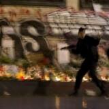 Fransk politi har fået midlertidigt udvidet dets beføjelser, efter at landet er erklæret i undtagelsestilstand i kølvandet på fredagens terrorangreb i Paris.