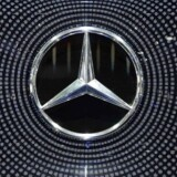 Mercedes' ejeren Daimler har tilbudt at installere et stykke software i tre millioner biler, som skal begrænse udledningen af skadelige stoffer fra bilerne. Audi og BMW har fulgt trop.