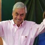 En valgprognose fra Radio Bio-Bio viser, at den konservative milliardær Sebastian Piñera løber med 54,8 procent af stemmerne.. / AFP PHOTO / Martin BERNETTI