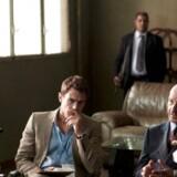 Ikke helt oppe at ringe: Theo James og Ben Kingsley i Per Flys »Dobbeltspil«. Foto fra filmen.