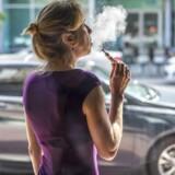 I dag er-cigaret-rygere henvist til at købe produkterne ulovligt på internettet eller i omkring 150 specialbutikker uden for myndighedernes kontrol. Men 7. juni bliver der grønt lys til salg og køb i almindelige butikker, som skal overholde den nye lovgivning.