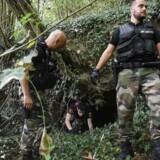 Franske betjente gennemsøger skoven ved Pont-de-Beauvoisin i det østlige Frankrig 30. august, efter en niårig pige er forsvundet.