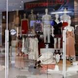 Billede fra H&M-butik i Johannesburg, Sydafrika, hvor protester ovenpå sagen om en racistisk reklame for en trøje har tvunget tøjgiganten til at lukke samtlige forretninger fra lørdag d. 13.