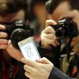 Sony, som selv står bag den roste Xperia-serie af smartphonetelefoner, rammes på pengepungen af et generelt lavere mobilsalg - for konkurrenterne lægger Sonys kamerateknologi i deres telefoner. Arkivfoto: Alberto Estevez, EPA/Scanpix