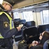 ARKIVFOTO: Sverige skærper kontrol med tog og busser fra Danmark Svenske asylstramninger kan ifølge flere medier betyde, at man skal vise id for at købe billet til Sverige.Se RB kl. 22.23 // Sverige indfører kl 12.00 torsdag d. 12.11.2015 en midlertidig grænsekontrol, ved den danske og tyske grænse, de næste 10 dage frem. Her er vi på Hyllie station, hvor det svenske politi er mødt talstærkt op for at kontrollere pas.De personer som ikke kan fremvise gyldig identifikation bliver ført ud af toget, hvorefter de får valget om at søge asyl i sverige. Hvis ikke de ønsker det, bliver de sendte tilbage til Danmark.