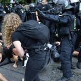 """""""Er der ingen længere, der ved, at når man annoncerer Helvede, så resulterer det ofte i helvede? At ord skaber virkelighed?"""" Billede fra demonstrationerne undr G20-mødet i Hamborg. Foto: Filip Singer"""