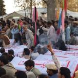 Rystede og sørgende indbyggere i Pachinar i det nordvestlige Pakistan, hvor en bilbombe fredag dræbte mindst 24 og sårede over 100 ved en shiamuslimsk moské. Taliban har taget skylden for bombemassakren. Scanpix/Str