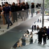 Alene trappen i den nye Apple Store i San Francisco har kostet 6,6 millioner kroner at lave. Der var stort ryk-ind, da butikken åbnede 21. maj. (Arkivfoto: Stephen Lam, Reuters)