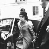 Den britiske adelsman Lord Lucans, børn vil have faderen erklæret død, så de kan overtage deres arv. Men politiet håber stadig, at det vil lykkes at fange Lorden, der i 1974 myrdede familiens barnepige og forsøgte at kvæle sin kone, Lady Veronica. Lady Veronica Lucan er her fotograferet efter det retsmøde, hvor der blev rejst sigtelse mod hendes forsvundne mand for mord og mordforsøg.
