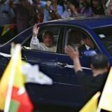 Pave Frans er landet i Yangon. Radikale buddhister er på vagt over for, om han nævner rohingyaer.