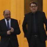 SPD-lederen Martin Schulz (tv.) forlader slottet Bellevue sammen med sin kampagneleder Markus Engels (th.) efter drøftelser med forbundspræsident Frank-Walter Steinmeier om den vanskelige politiske situation i Berlin. Scanpix/Odd Andersen