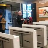 Kunderne skal tjekke ind, inden de går ind i Amazon Go-butikken.