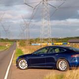 PLUS: Kører af sig selv på motorvej, hvis vejret er tørt og klart. Forberedt til at køre uden fører. Funktion bliver jævnligt forbedret gennem software-opdateringer.  MINUS: Virker som et halvfærdigt udviklingsprojekt, som laver mange ubehagelige fejl på landevej. Kræver for store armkræfter at overtage styring fra autopilot. Automatisk skiltegenkendelse og regnsensor (!) kommer først med senere software-opdateringer. Foto: Udenhaender.dk